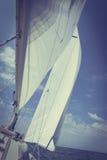 Ιστιοπλοϊκό sailboat γιοτ που πλέει στον ωκεανό θάλασσας Στοκ Φωτογραφίες