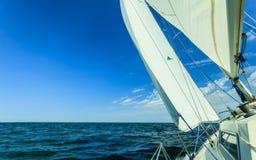 Ιστιοπλοϊκό sailboat γιοτ που πλέει στον ωκεανό θάλασσας Στοκ Φωτογραφία