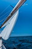 Ιστιοπλοϊκό sailboat γιοτ που πλέει στον ωκεανό θάλασσας Στοκ εικόνες με δικαίωμα ελεύθερης χρήσης