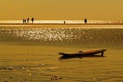 Ιστιοσανίδα στην παραλία στο χρυσό ηλιοβασίλεμα ώρας στοκ εικόνες με δικαίωμα ελεύθερης χρήσης