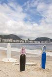 Ιστιοσανίδες που στέκονται κατακόρυφα την παραλία Copacabana Στοκ Εικόνες