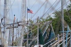 Ιστοί βαρκών γαρίδων με τη αμερικανική σημαία Στοκ Εικόνα