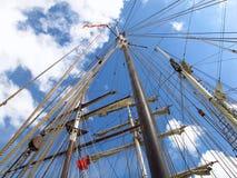 Ιστοί σκαφών κάτω από τη μεταφορά μπλε ουρανού για την ομαλή ναυσιπλοΐα Στοκ εικόνα με δικαίωμα ελεύθερης χρήσης