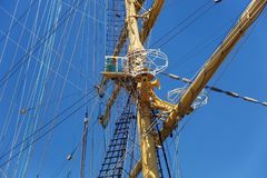 Ιστοί χάλυβα ενός πλέοντας σκάφους με τα χαμηλωμένα πανιά Στοκ εικόνα με δικαίωμα ελεύθερης χρήσης