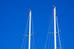 Ιστοί Sailboats ενάντια σε έναν μπλε ουρανό Στοκ Εικόνες