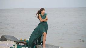 Ιστορία αγάπης, κορίτσι στην παραλία απόθεμα βίντεο