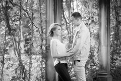 ιστορία αγάπης φιλήματος κοριτσιών κήπων αγοριών Ρομαντικό ζεύγος σε σχέση στο πάρκο, κήπος Φθινόπωρο Στοκ φωτογραφία με δικαίωμα ελεύθερης χρήσης
