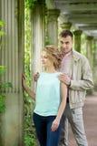 ιστορία αγάπης φιλήματος κοριτσιών κήπων αγοριών Ρομαντικό ζεύγος σε σχέση στο πάρκο, κήπος Φθινόπωρο Στοκ Εικόνες