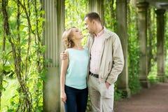 ιστορία αγάπης φιλήματος κοριτσιών κήπων αγοριών Ρομαντικό ζεύγος σε σχέση στο πάρκο, κήπος Φθινόπωρο Στοκ Φωτογραφία