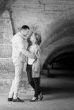 ιστορία αγάπης φιλήματος κοριτσιών κήπων αγοριών Ρομαντικό ζεύγος σε σχέση στο πάρκο, κήπος Φθινόπωρο Στοκ εικόνα με δικαίωμα ελεύθερης χρήσης