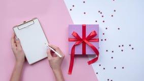 Ιστορία γραψίματος χεριών Δώρο με το κόκκινο ribon οικολογικός ξύλινος διακοσμήσεων Χριστουγέννων στοκ φωτογραφία με δικαίωμα ελεύθερης χρήσης