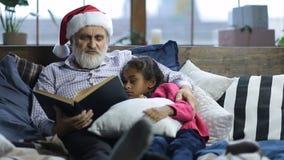 Ιστορία ώρας για ύπνο ανάγνωσης Grandpa στο νυσταλέο παιδί απόθεμα βίντεο