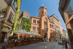 Ιστορικά κτήρια, εκκλησία και χαρακτηριστικός καφές οδών στο κέντρο της Βιέννης, Αυστρία στοκ εικόνα με δικαίωμα ελεύθερης χρήσης