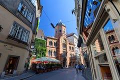 Ιστορικά κτήρια, εκκλησία και χαρακτηριστικός καφές οδών στο κέντρο της Βιέννης, Αυστρία στοκ εικόνες