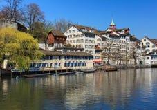 Ιστορικά κτήρια κατά μήκος του ποταμού Limmat στη Ζυρίχη, Ελβετία Στοκ εικόνες με δικαίωμα ελεύθερης χρήσης