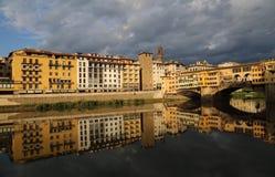 Ιστορικά κτήρια που απεικονίζονται στον ποταμό Arno στη Φλωρεντία, αυτό Στοκ εικόνες με δικαίωμα ελεύθερης χρήσης