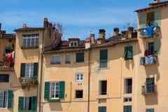 Ιστορικά κτήρια στην πλατεία del Anfiteatro Lucca, Τοσκάνη, Ιταλία Στοκ εικόνα με δικαίωμα ελεύθερης χρήσης