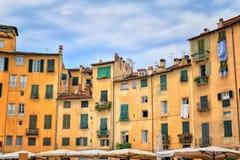 Ιστορικά κτήρια στην πλατεία del Anfiteatro Lucca Στοκ εικόνα με δικαίωμα ελεύθερης χρήσης