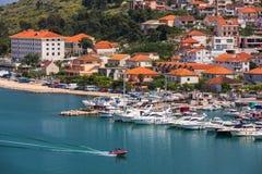 Ιστορικά κτήρια στον περίπατο σε Trogir, Κροατία Το Trogir είναι δημοφιλής προορισμός ταξιδιού στην Κροατία Trogir, ως κόσμο της  στοκ εικόνες