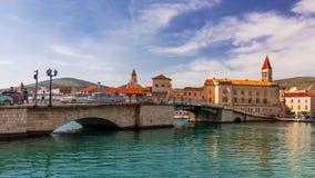 Ιστορικά κτήρια στον περίπατο σε Trogir, Κροατία Το Trogir είναι δημοφιλής προορισμός ταξιδιού στην Κροατία Trogir, ως κόσμο της  στοκ εικόνες με δικαίωμα ελεύθερης χρήσης