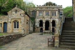 Ιστορικά κτήρια του ST Winefrides καλά και λούζοντας λίμνη, Flintshire, UK στοκ φωτογραφίες