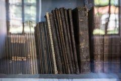 Ιστορικά παλαιά βιβλία στη βιβλιοθήκη, ξύλινο ράφι Στοκ Εικόνες