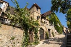 Ιστορικά σπίτια κατά μήκος της οδού Montagne στο Λα Caneda Sarlat στο τμήμα Dordogne, Aquitaine, στοκ εικόνα