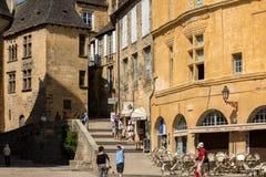 Ιστορικά σπίτια που περιβάλλουν Place de Λα Liberte στο Λα Caneda Sarlat στο τμήμα Dordogne, Aquitaine, Γαλλία στοκ εικόνα