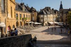 Ιστορικά σπίτια που περιβάλλουν Place de Λα Liberte στο Λα Caneda Sarlat στο τμήμα Dordogne, Aquitaine, στοκ φωτογραφίες