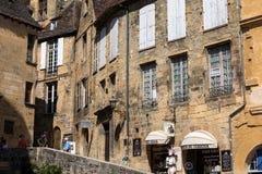 Ιστορικά σπίτια που περιβάλλουν Place de Λα Liberte στο Λα Caneda Sarlat στο τμήμα Dordogne, Aquitaine, στοκ εικόνα