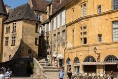 Ιστορικά σπίτια που περιβάλλουν Place de Λα Liberte στο Λα Caneda Sarlat στο τμήμα Dordogne, Aquitaine, Γαλλία στοκ εικόνες με δικαίωμα ελεύθερης χρήσης