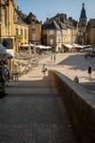 Ιστορικά σπίτια που περιβάλλουν Place de Λα Liberte στο Λα Caneda Sarlat στο τμήμα Dordogne, Aquitaine, στοκ φωτογραφία με δικαίωμα ελεύθερης χρήσης