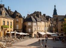 Ιστορικά σπίτια που περιβάλλουν Place de Λα Liberte στο Λα Caneda Sarlat στο τμήμα Dordogne, Aquitaine, στοκ εικόνες