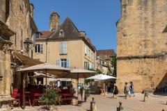 Ιστορικά σπίτια που περιβάλλουν Place du Peyrou στο Λα Caneda Sarlat στο τμήμα Dordogne, Aquitaine, στοκ εικόνα