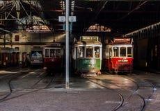 Ιστορικά τραμ της Λισσαβώνας που μένουν σε μια αποθήκη τραμ Στοκ Φωτογραφία