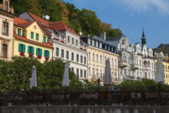 Ιστορικές κτήρια και γέφυρα πέρα από τον ποταμό Tepla σε Karlovy στοκ φωτογραφίες