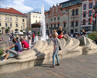 Ιστορικές κτήρια και πηγή στην Κρακοβία, Πολωνία Στοκ Φωτογραφία