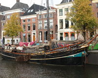 Ιστορικές σπίτια και βάρκα Στοκ Εικόνα