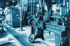 Ιστορική αίθουσα με τον τεχνικό εξοπλισμό, βαμμένο μπλε με έναν ισχυρό τεχνικό θόρυβο Κατάλληλος ως τεχνική εικόνα βάσεων Στοκ φωτογραφία με δικαίωμα ελεύθερης χρήσης