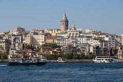 Ιστορική αρχιτεκτονική περιοχής Beyoglu και μεσαιωνικό ορόσημο πύργων Galata πέρα από το χρυσό κέρατο στη Ιστανμπούλ, Τουρκία Στοκ Εικόνες