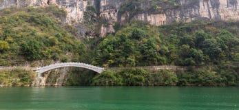 Ιστορική ασιατική γέφυρα πέρα από τον ποταμό στην Κίνα Στοκ Εικόνες