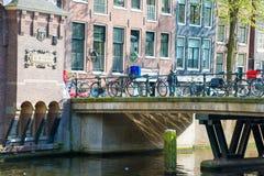 Ιστορική γέφυρα πέρα από το κανάλι στο Άμστερνταμ, Ολλανδία Στοκ εικόνα με δικαίωμα ελεύθερης χρήσης