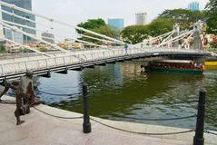 Ιστορική γέφυρα Cavenagh πέρα από τον ποταμό της Σιγκαπούρης στη Σιγκαπούρη στοκ εικόνα