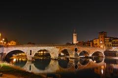 Ιστορική γέφυρα Ponte Pietra στον ποταμό Adige τη νύχτα Στοκ φωτογραφία με δικαίωμα ελεύθερης χρήσης