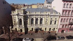 Ιστορική οικοδόμηση του γαμήλιου παλατιού στην Άγιος-Πετρούπολη φιλμ μικρού μήκους