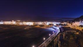Ιστορική παραλιακή πόλη στην Ουαλία τη νύχτα απόθεμα βίντεο