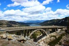 Ιστορική συγκεκριμένη γέφυρα αψίδων στοκ εικόνες