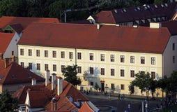 Ιστορική χαμηλότερη πόλης αρχιτεκτονική με το κτήριο του θεολογικού σχολής αρχιεπισκοπής στο Ζάγκρεμπ στοκ φωτογραφίες