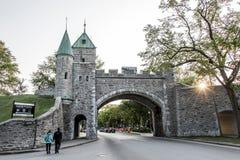 Ιστορικός ενισχυμένος τοίχος του Καναδά πόλεων του Κεμπέκ με το ηλιοβασίλεμα οδών με το ζεύγος που πηγαίνει για έναν περίπατο Στοκ Φωτογραφίες