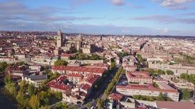 Ιστορικός καθεδρικός ναός που ανυψώνεται πέρα από τη μεγάλη πόλη Σαλαμάνκας, Ισπανία απόθεμα βίντεο